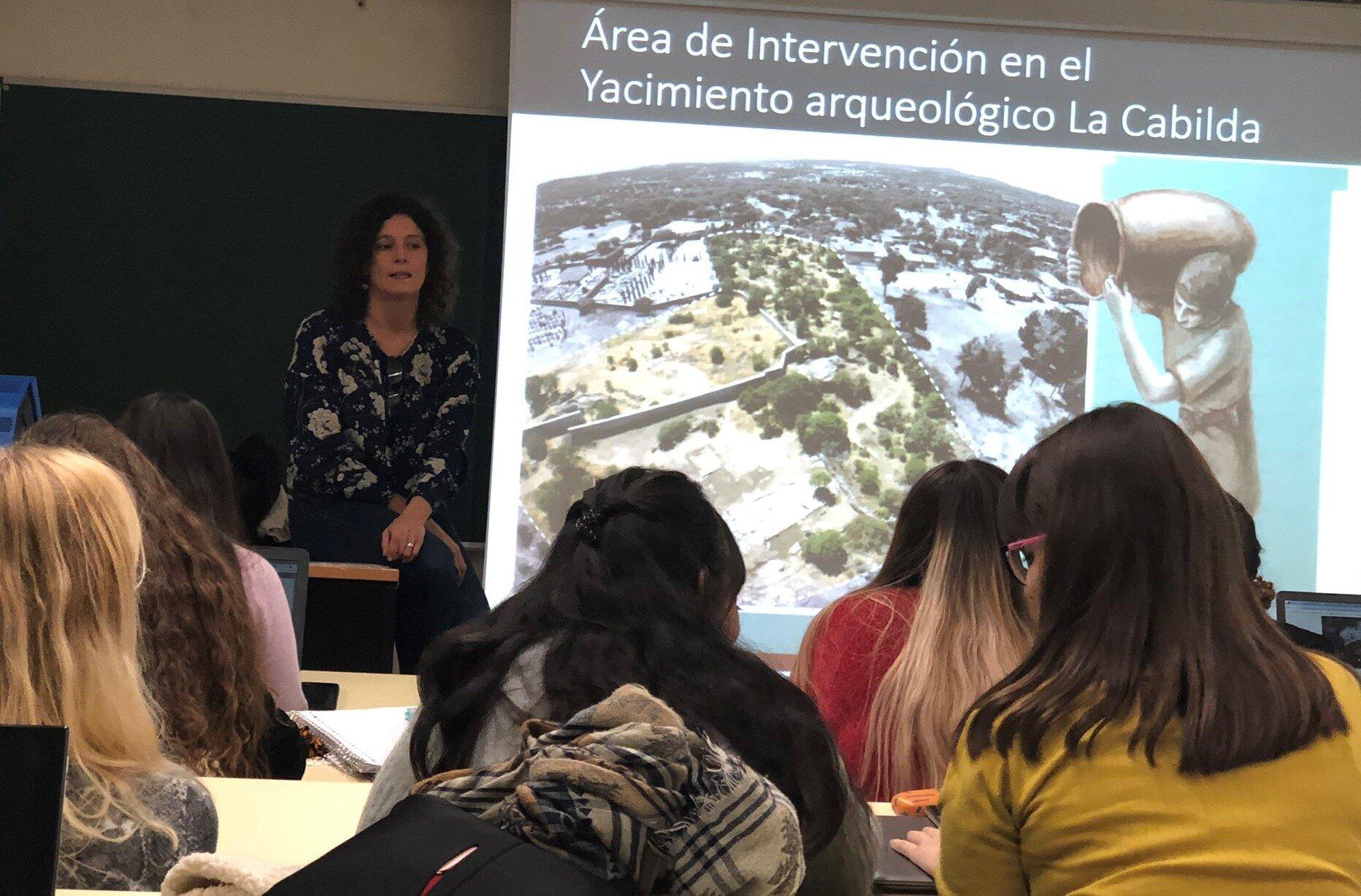 Clara Alcalá durante la exposición en la UAH