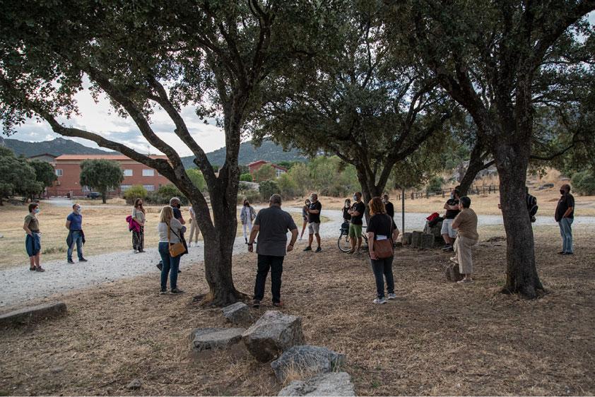 Reunión de los voluntarios de la excavación en la Cabilda respetando la distancia de seguridad